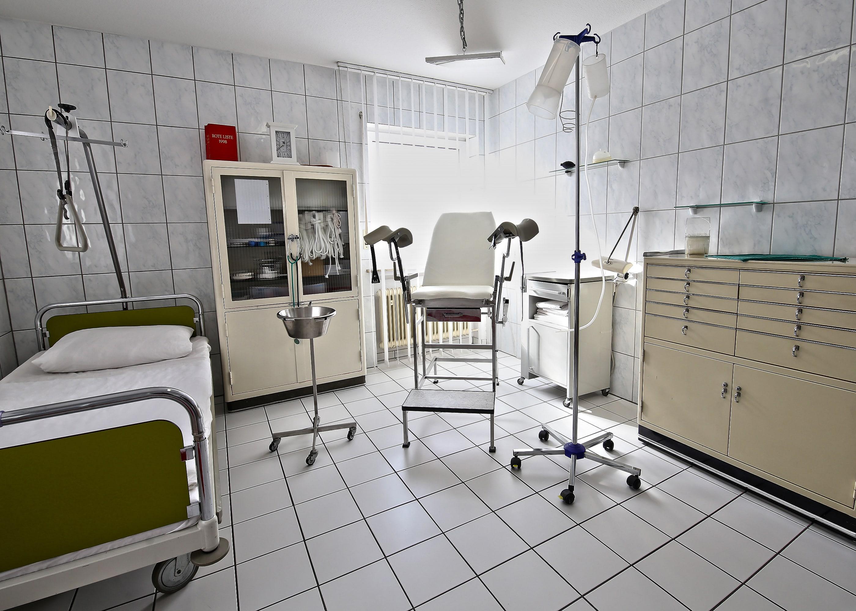 Untersuchungszimmer(DieKlinik)-min